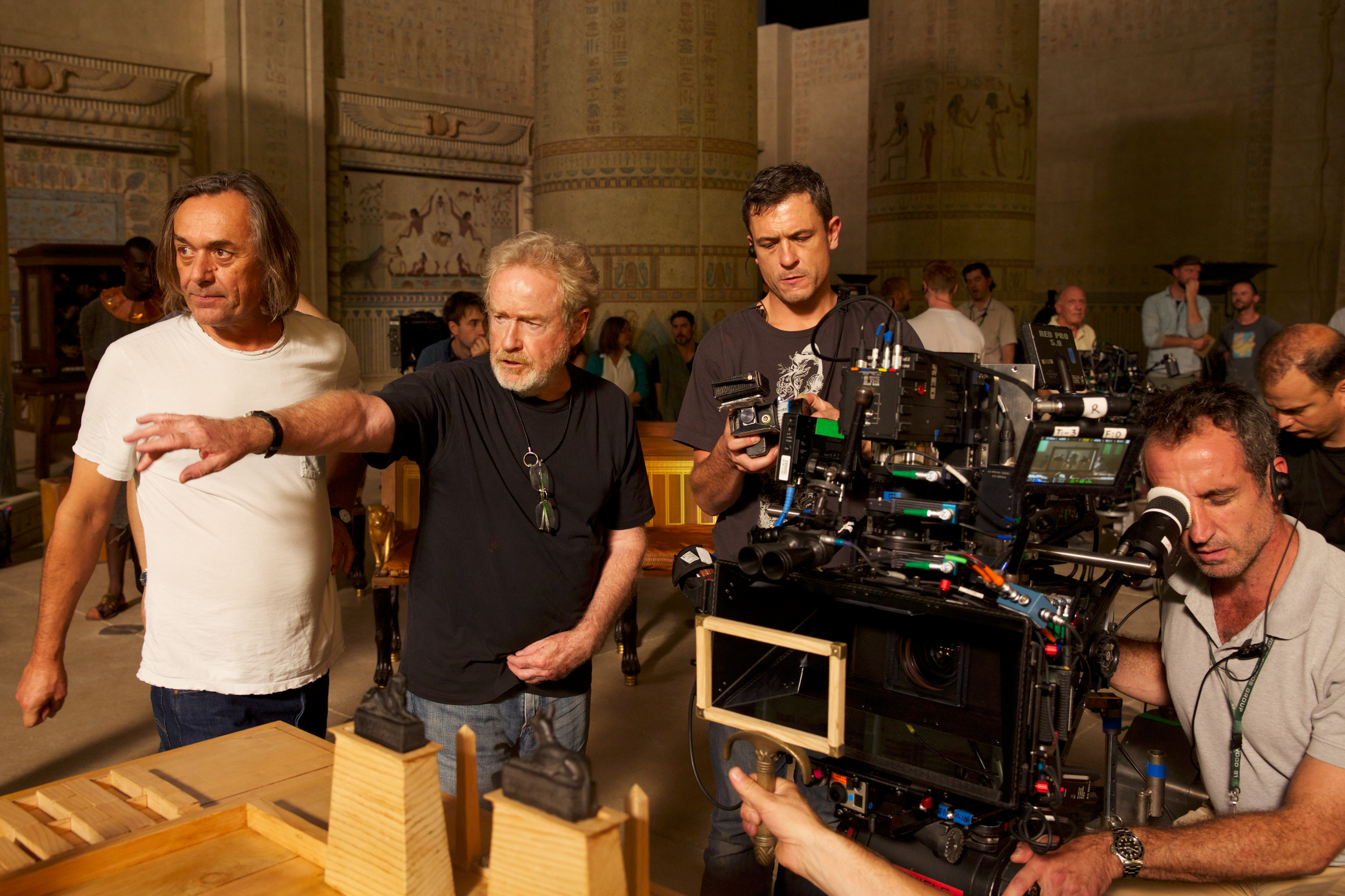 Director Ridley Scott (second from left) sets up a scene with Dariusz Wolski, ASC (left), during filming of Exodus: Gods and Kings. (Credit: Kerry Brown/20th Century Fox)