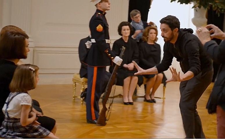 pablo-larrain-sets-up-a-shot-on-set-of-jackie-from-featurette