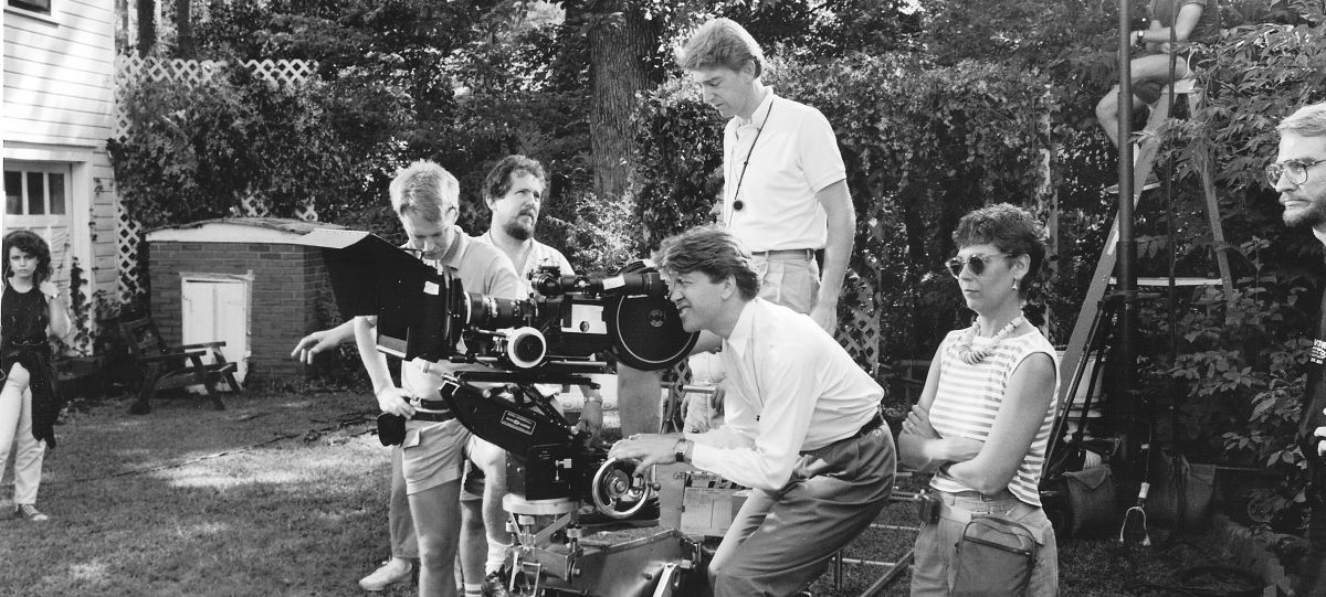 Elmes (standing on dolly) shooting the provocative net-noir mystery Blue Velvet for director David Lynch (at eyepiece).