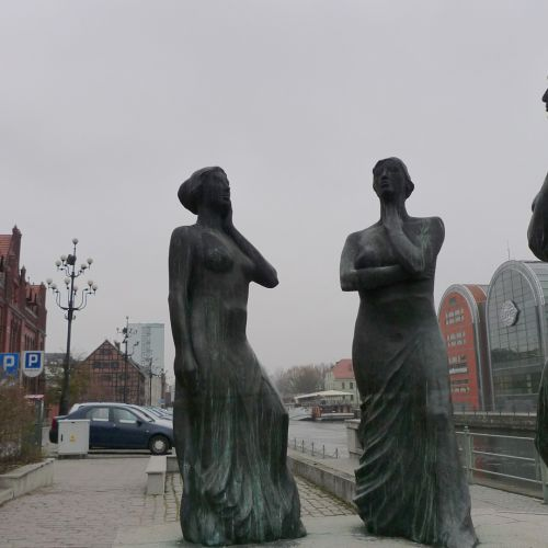 Bydgoszcz - 3 women statues by the river