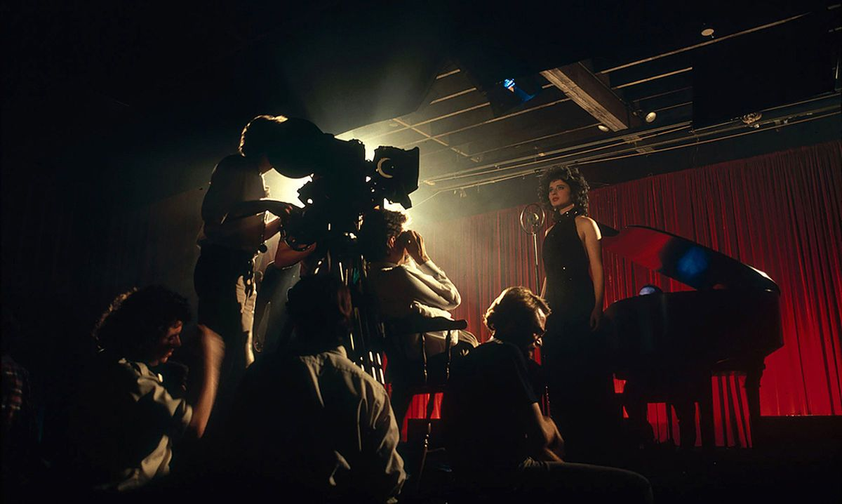 A production still from German filmmaker Peter Braatz's 2016 documentary Blue Velvet Revisited, showing Elmes operating a closeup on Rossellini while shooting the cabaret sequence (seen below).