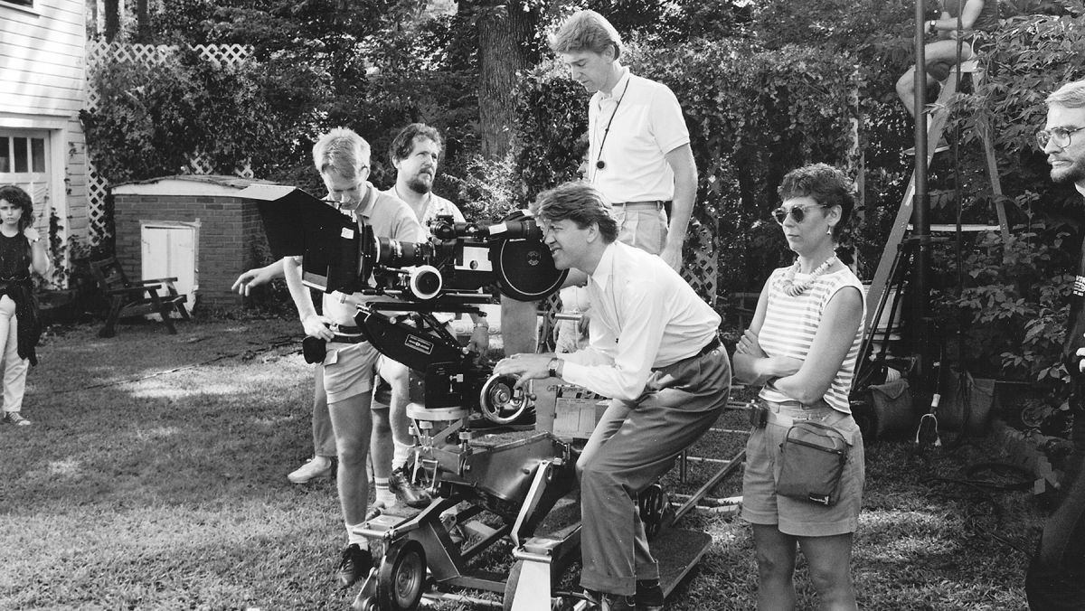 Filming in Jeffrey's seemingly tranquil back yard, Elmes (center) stands by as Lynch takes a turn at the eyepiece. The production employed Arri BL3 and 35 III cameras and J-D-C Scope anamorphic lenses.
