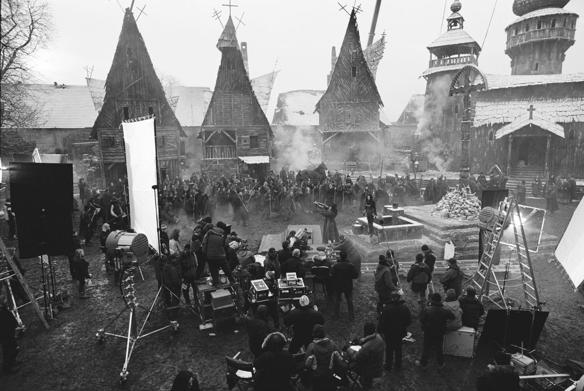 Daviau's crew sets up coverage on actors Hugh Jackman and Kate Beckinsale while filming the horror yarn Van Helsing (2004). This would be the cinematographer's final feature project.