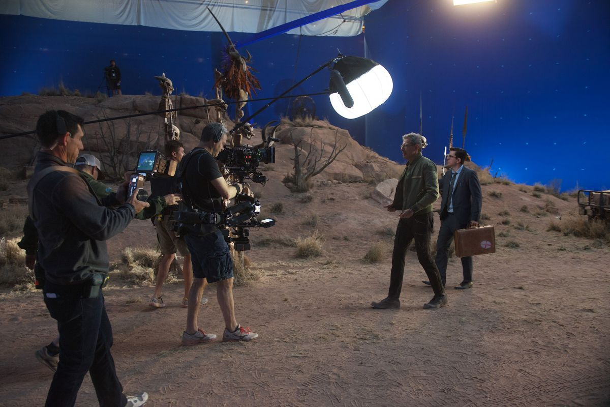 Cast and crew work on a stage-bound desert set surrounded by bluescreen, with a day-blue muslin stretched overhead.