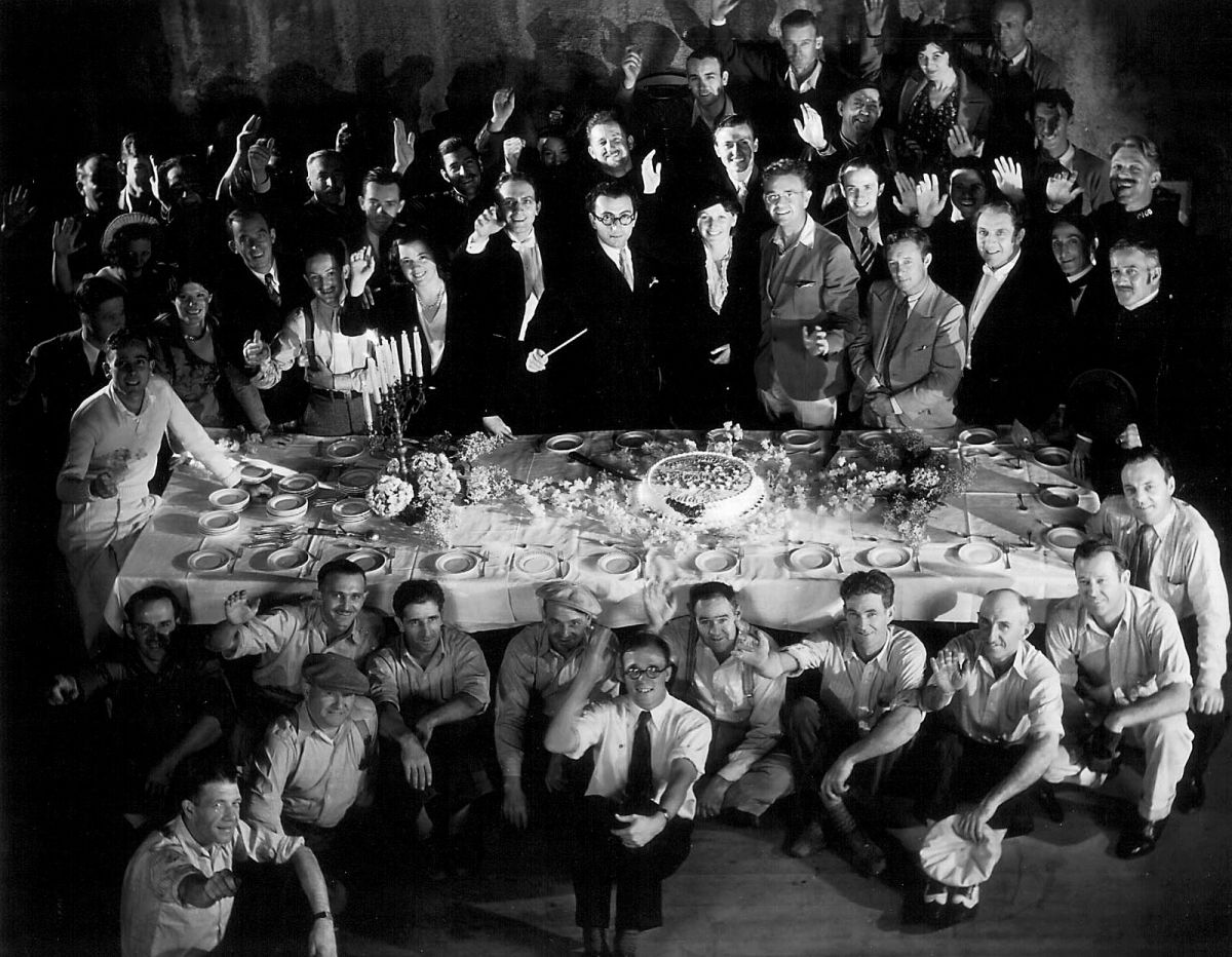 The cast and crew, including Mamoulian and Struss (at center, far side of table).