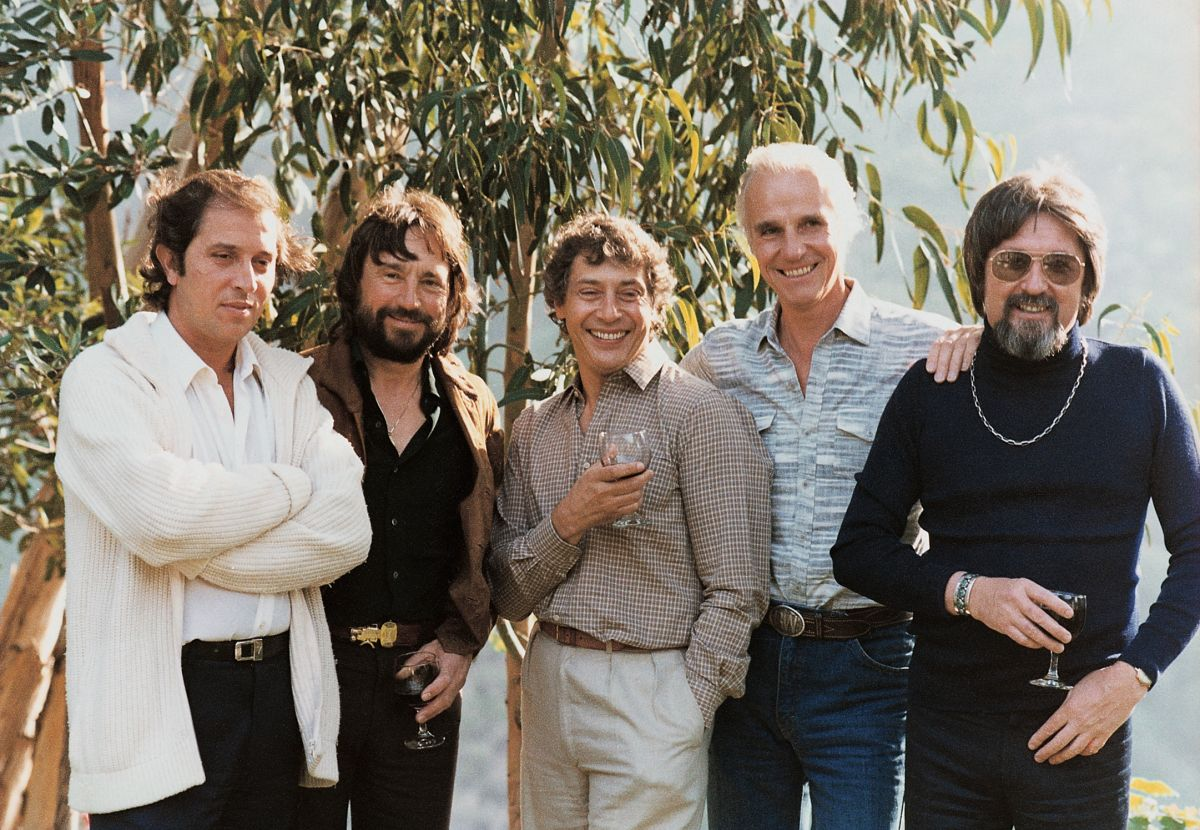 A summit meeting of top cinematographers in the early 1970s. From left are Vittorio Storaro, ASC, AIC; Vilmos Zsigmond, ASC; director Mark Rydell; Billy Williams, BSC; and Kovács.
