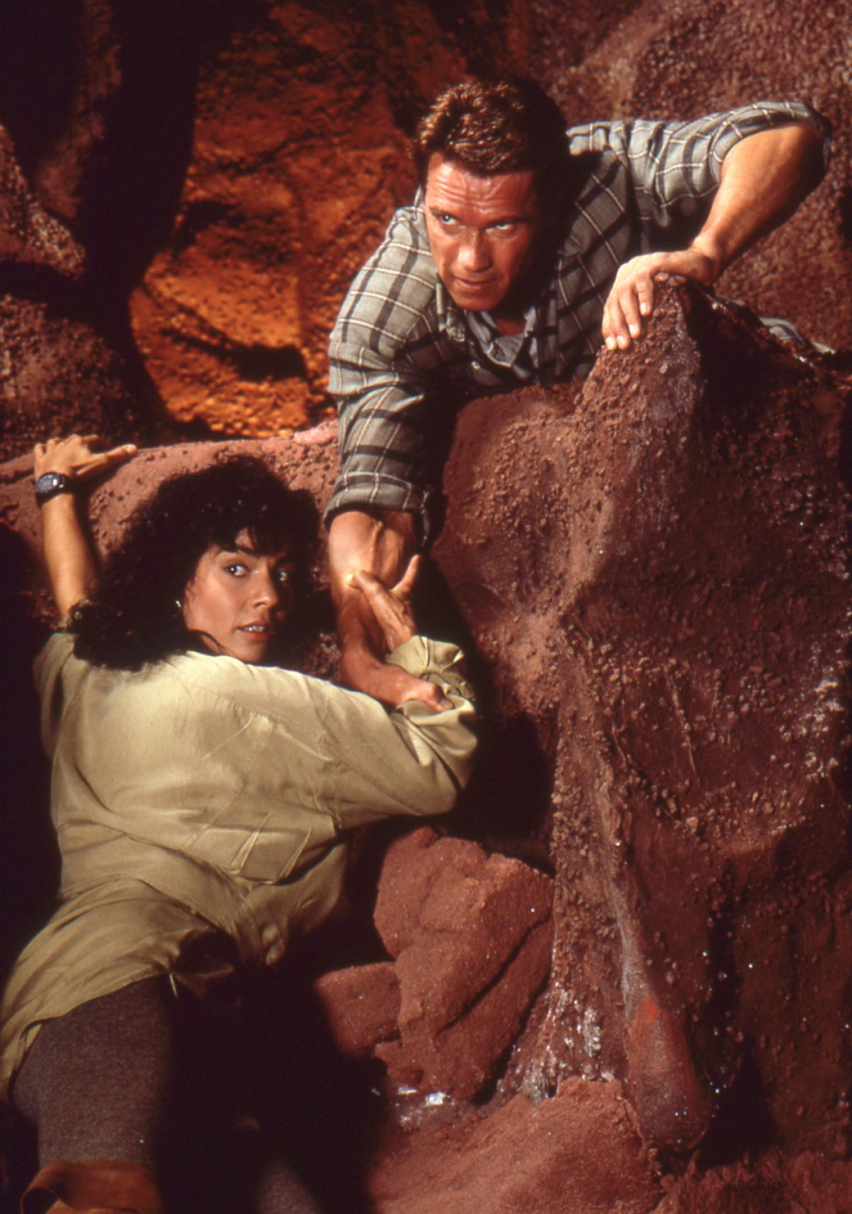 Quaid (Schwarzenegger) helps Melina (Rachel Ticotin) up the Martian landscape.