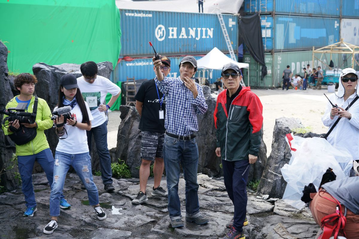 Zhao Xiaoding, ASC, CNSC and director Zhang Yimou confer on set.